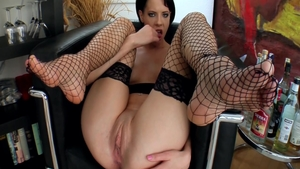 Bubble butt babe feels the need for real fucking
