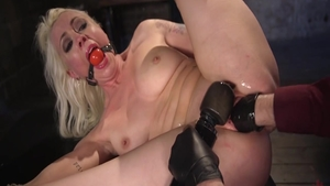 Young babe Lorelei Lee feels like bondage