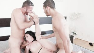 American brunette Mandy Muse cowgirl sex in the bed